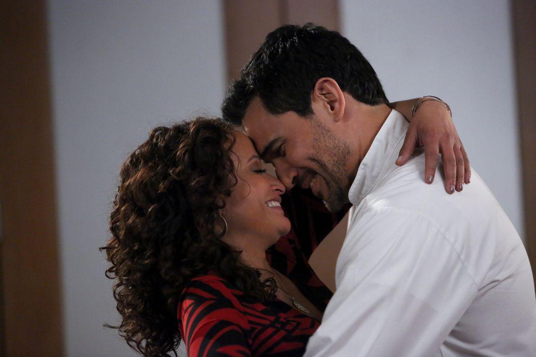 Hat ihre junge Liebe eine Chance? Javier (Ivan Hernandez, r.) und Zoila (Judy Reyes, l.) ... - Bildquelle: 2014 ABC Studios