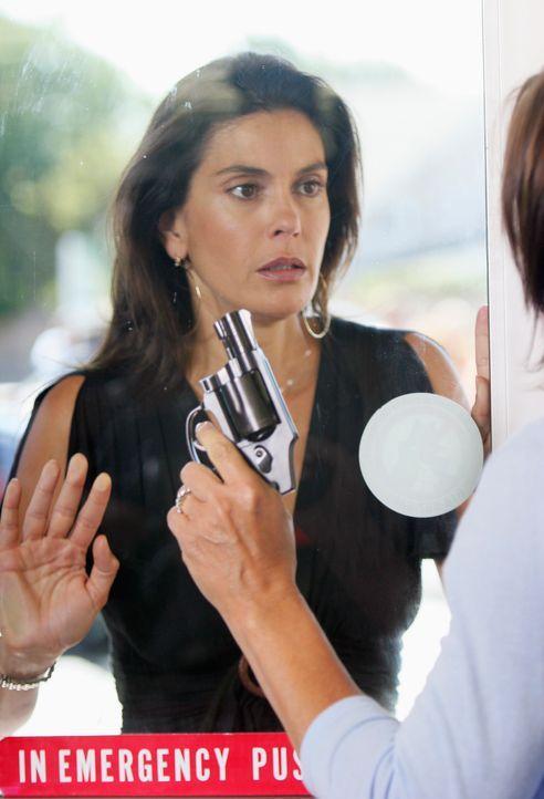 Susan (Teri Hatcher) macht sich große Sorgen um Julie, die von Carolyn Bigsby als Geisel genommen wurde ... - Bildquelle: 2005 Touchstone Television  All Rights Reserved