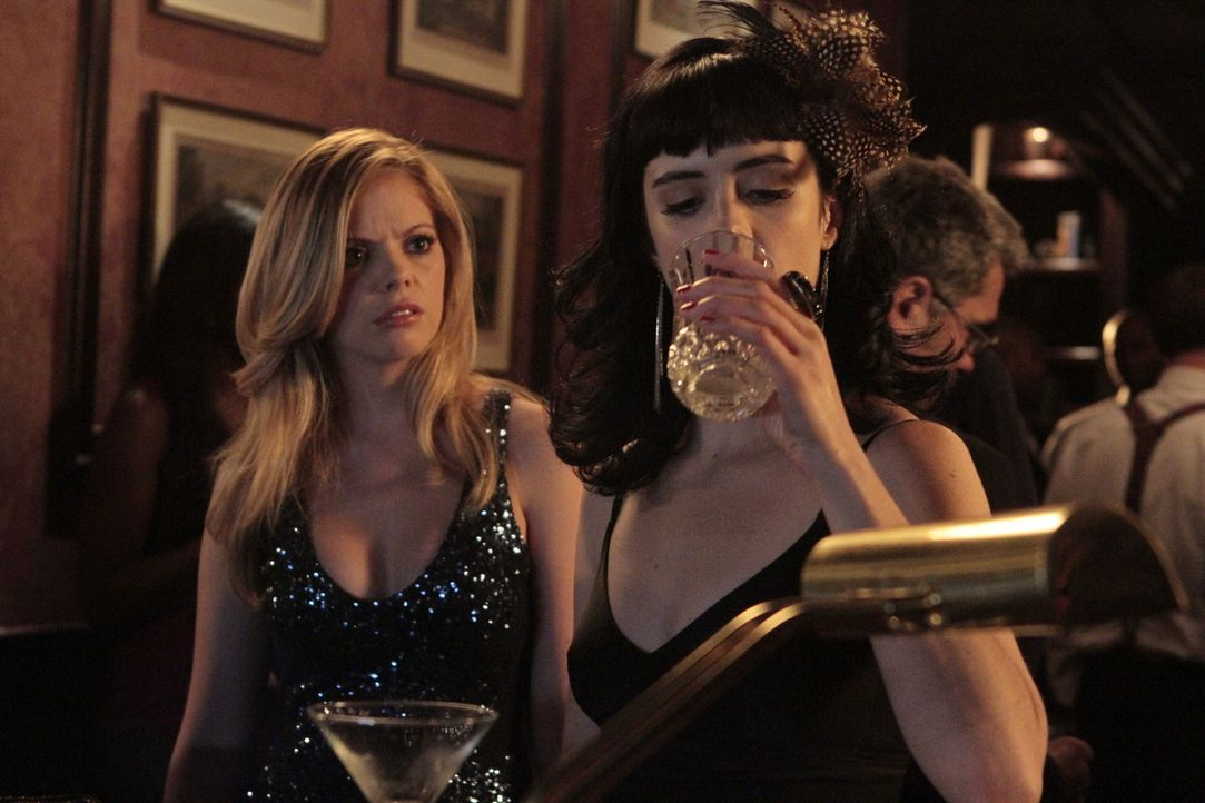 Noch denkt June (Dreama Walker, l.), dass Chloe (Krysten Ritter, r.) ein Problem mit Alkohol hat und sich die Leute und Situationen nicht schöntrin... - Bildquelle: 2012 Twentieth Century Fox Film Corporation. All rights reserved.