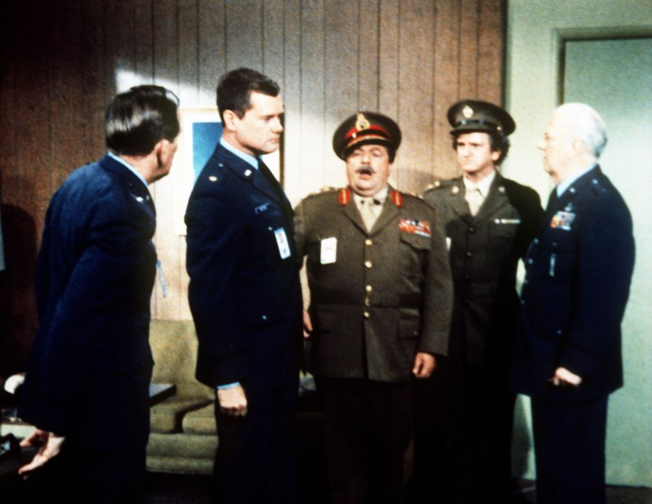 Jeannies Onkel Azmire (Richard Long, M.) und Vasemir (Arthur Malet) haben sich in englische Offiziere verwandelt, um Dr. Bellows (Hayden Rorke, l.)... - Bildquelle: Columbia Pictures