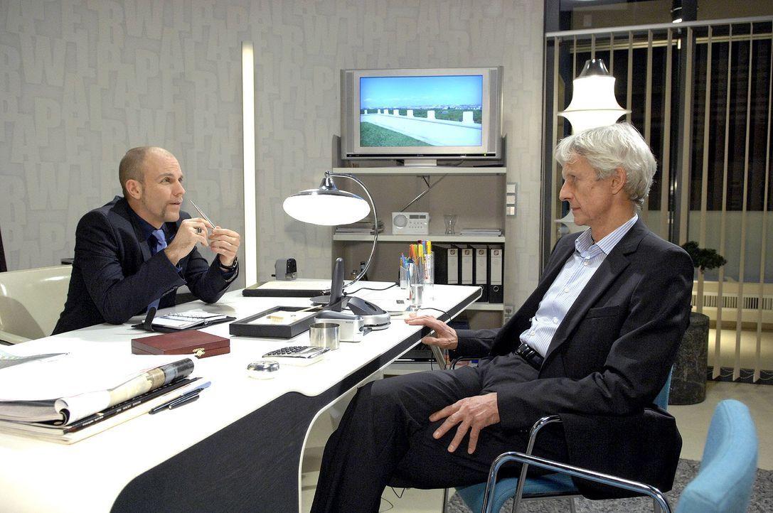 Robert (Mathieu Carrière, r.) sucht ein ehrliches Gespräch mit Gerrit (Lars Löllmann, l.). - Bildquelle: Claudius Pflug Sat.1