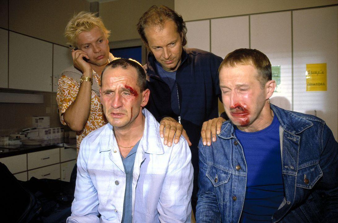 Andy (Götz Gendries, l), Lothar (Tim Wilde, 2.v.l.), Victor (Jochen Horst, 2.v.r.) und Jürgen (Viktor Minnich, r.) landen nach der Prügelei in der K... - Bildquelle: Spitz Sat.1