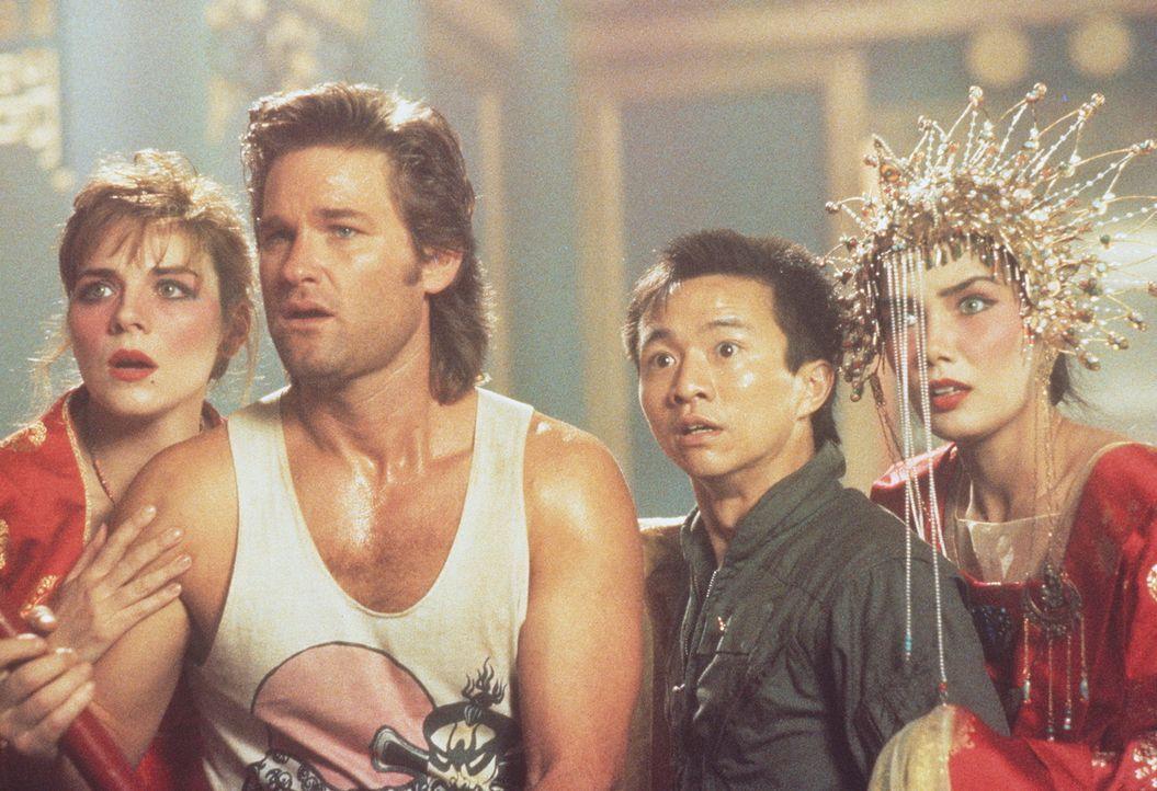 Jack (Kurt Russell, 2.v.l.) und seine Freunde Gracie (Kim Cattrall, l.), Wang Chi (Dennis Dun, 2.v.r.) und Miao Yin (Suzee Pai, r.) haben einen gefä... - Bildquelle: 20th Century Fox