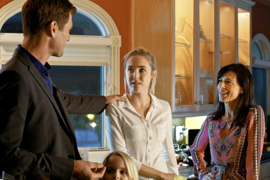 Die 17-jährige Schülerin Ashley (Spencer Locke, M.) ahnt nicht, dass Mark (Ryan McPartlin, l.) den Babysitter seiner Kinder gerne als Mätresse neben... - Bildquelle: Johnson Management Group, Inc. MMXV