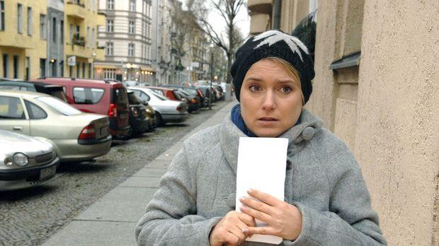 Anna (Jeanette Biedermann) ist auf dem Weg, um die Filmrollen wiederzubekomme...