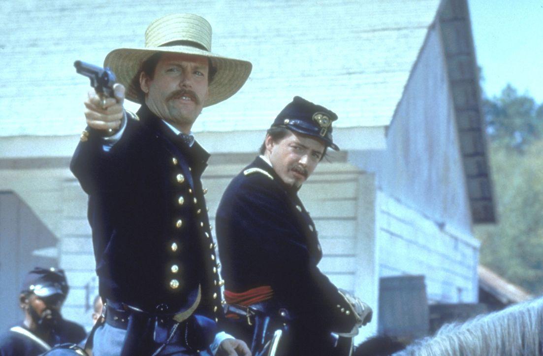 Amerikanischer Bürgerkrieg: Der junge, weiße Nordstaaten-Colonel Shaw (Matthew Broderick, l.) erhält den Auftrag, das erste ausschließlich aus Schwa... - Bildquelle: TriStar Pictures