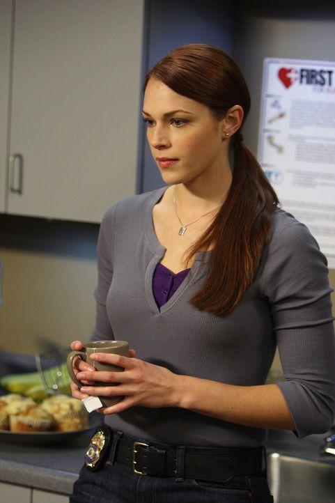 Ahnt noch nicht, dass der aktuelle Fall verzwickter wird als gedacht: Grace (Amanda Righetti) ... - Bildquelle: Warner Bros. Television