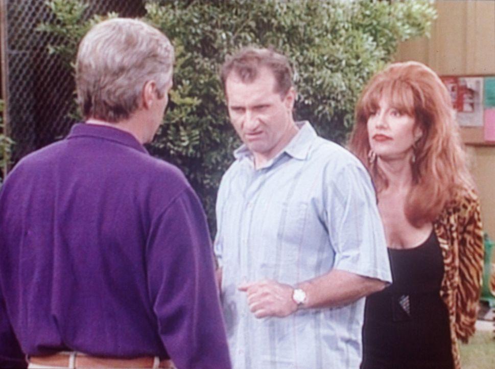 Der reiche Phillip (Andrew Masset, l.) verbietet Al (Ed O'Neill, M.) und Peggy (Katey Sagal, r.), Siebens Geburtstag im Park zu feiern. - Bildquelle: Columbia Pictures