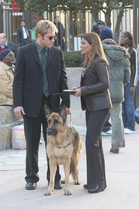 Karen (Marisol Nichols, r.) ist nach wie vor sauer auf Jim (Ron Eldard, l.) und lässt keine Entschuldigung gelten ... - Bildquelle: TM &   2006 CBS Studios Inc. All Rights Reserved.