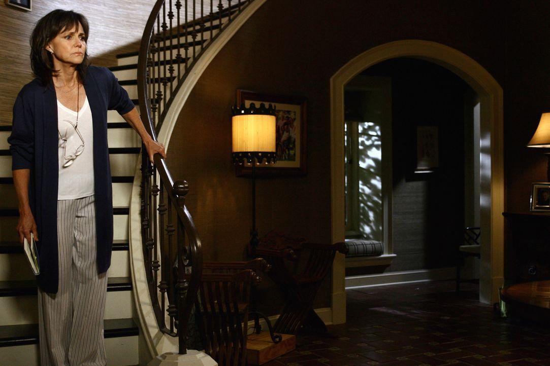 Nora Walker (Sally Field) macht sich große Sorgen um ihren Sohn Justin, der schwer verletzt aus dem Irak zurückgekehrt ist. - Bildquelle: Disney - ABC International Television