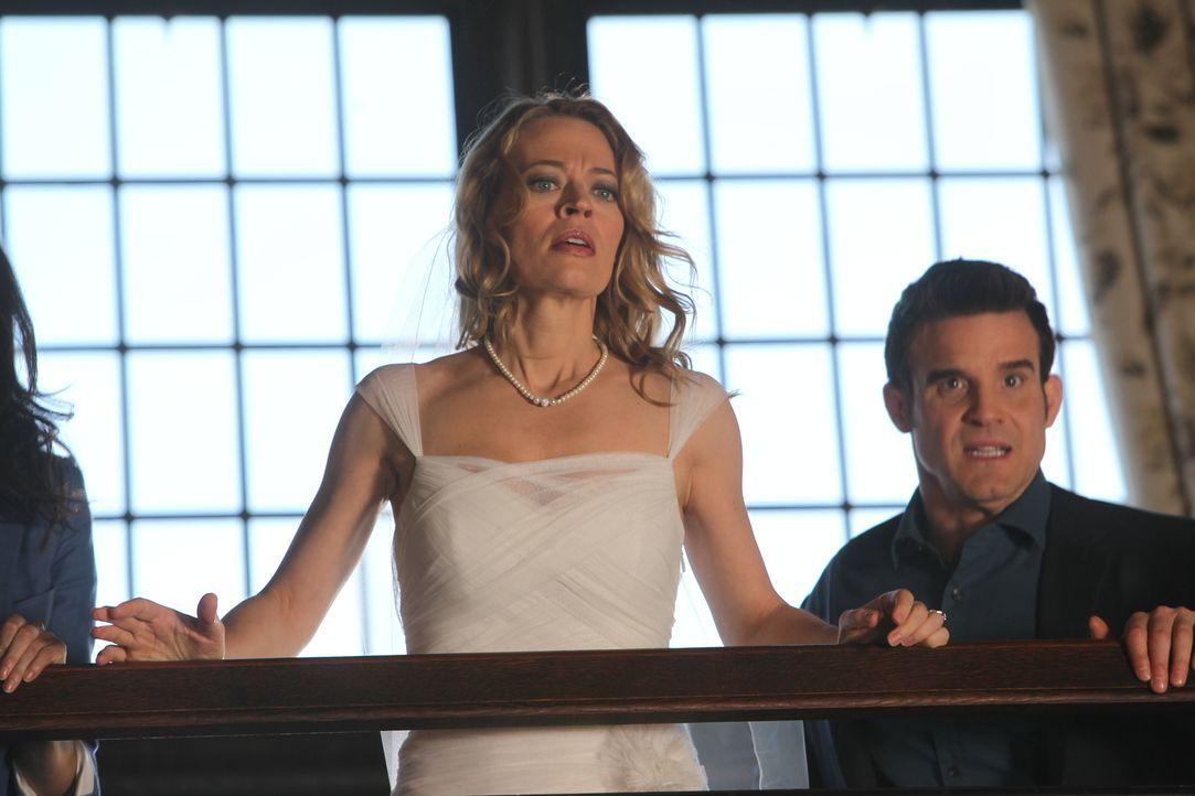Petes (Eddie McClintock, r.) Ex-Frau Amanda (Jery Ryan, l.) taucht unvermittelt im Warehouse auf und fordert den Ring ihrer Großmutter zurück. Doch... - Bildquelle: Stephen Scott Stephen Scott/Syfy