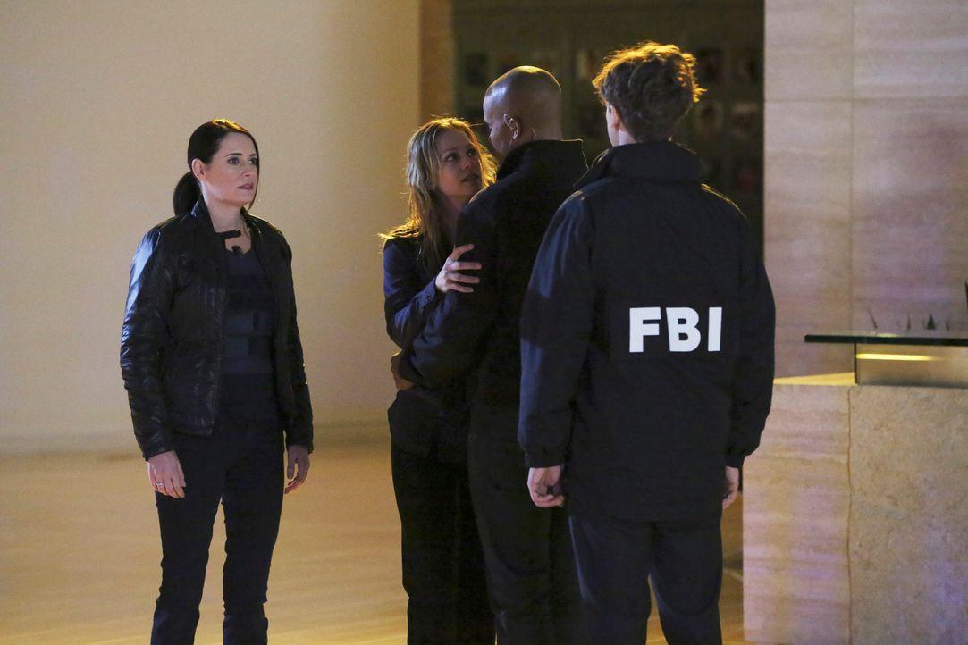 Als JJ (A. J. Cook, 2.v.l.) entführt wird, tauchen Reid (Matthew Gray Gubler, r.), Derek (Shemar Moore, 2.v.r.) und Emily (Paget Brewster, l.) tief... - Bildquelle: ABC Studios