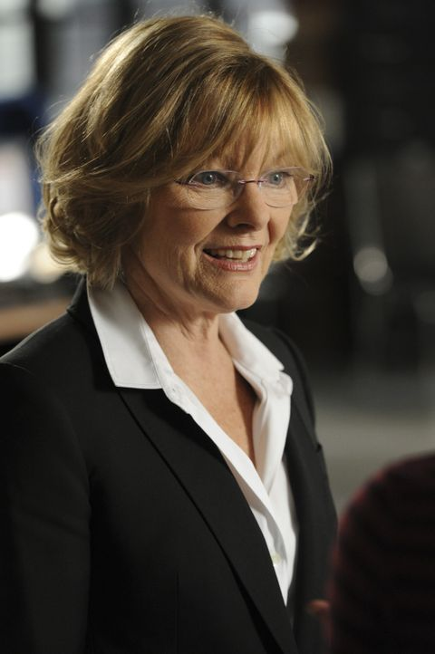 Neu im Team: Joanne Webster (Jane Curtin) ... - Bildquelle: 2011 CBS Broadcasting Inc. All Rights Reserved.