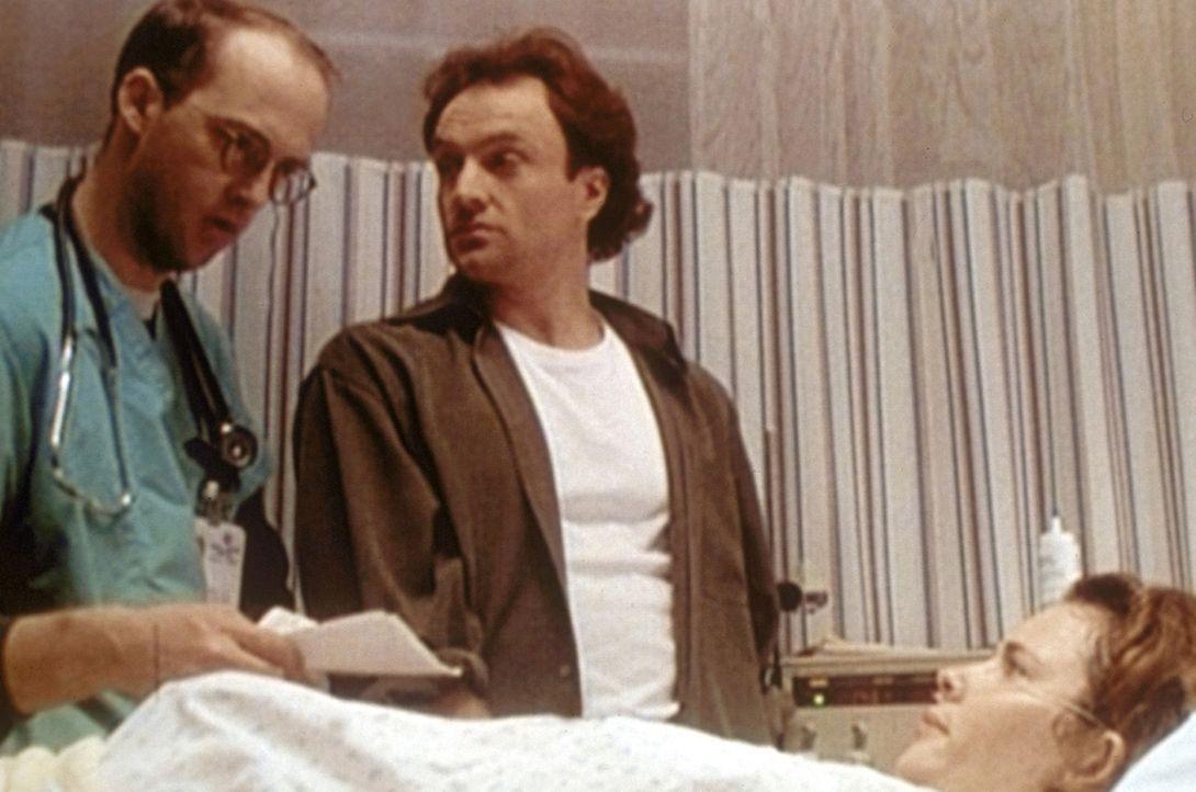 Sean (Bradley Whitford, M.) macht sich Sorgen um seine schwangere Frau Jodi (Colleen Flynn, r.). Dr. Greene (Anthony Edwards, l.) versucht ihn zu be... - Bildquelle: TM+  WARNER BROS.