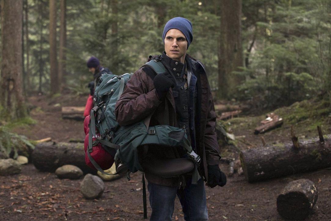 Als Stephen (Robbie Amell) die Wahrheit aus Peters Mund hören will, geht er einen Schritt zu weit ... - Bildquelle: Warner Bros. Entertainment, Inc