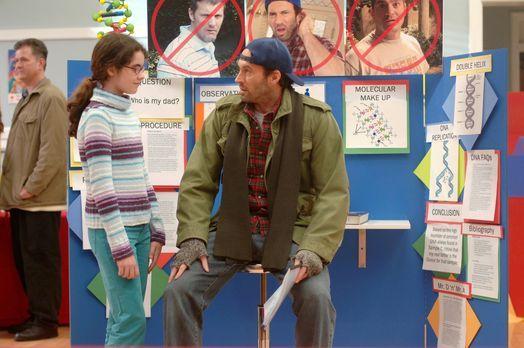 Ein kleines Mädchen namens April (Vanessa Marano, l.) taucht bei Luke (Scott...