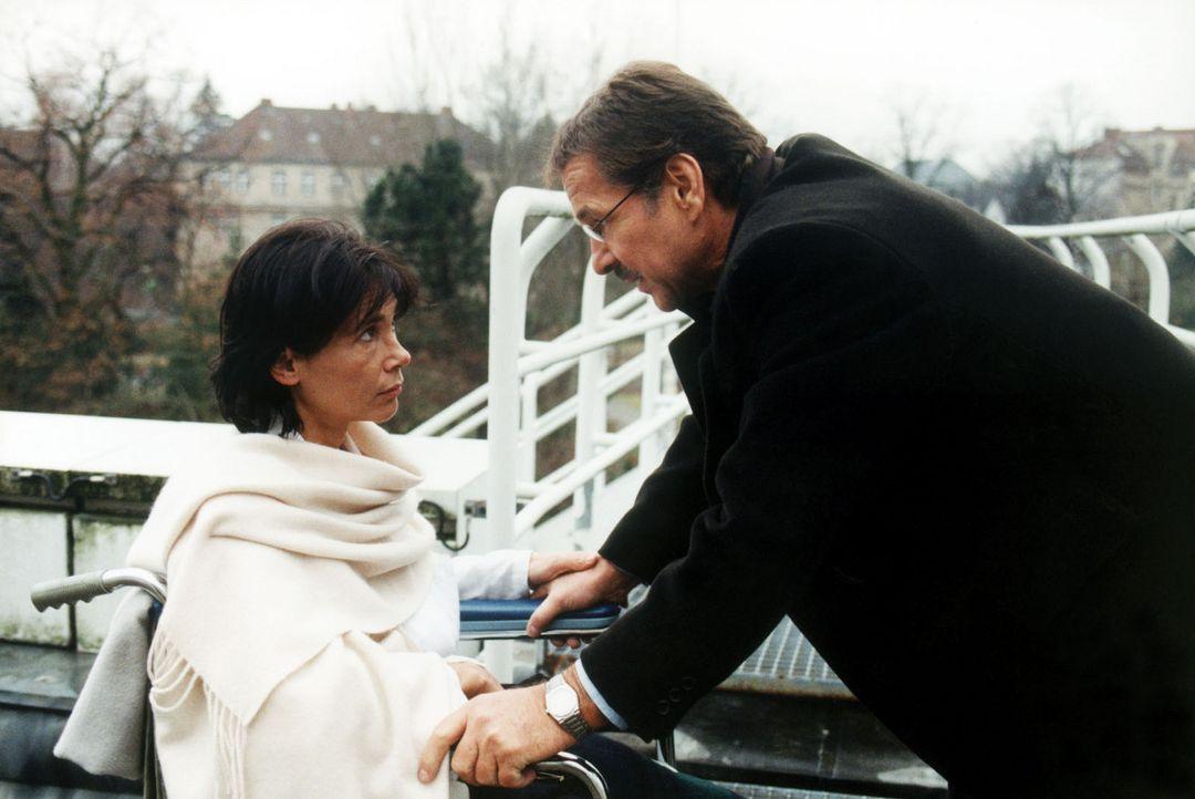 Bei der dramatischen Entführung von Ina, der Tocher des erfolgreichen Fuhrunternehmers Carl Heidfeld (Götz George, r.), wird auch dessen Frau Laura... - Bildquelle: Grabka Sat.1