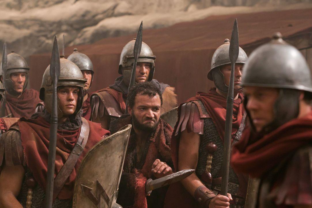 Als sich Drago einen Versprecher leistet, ahnt Ashur (Nick E. Tarabay, 3.v.r.) sofort, wo sich Spartacus und seine Männer befinden: in den Minen von... - Bildquelle: 2011 Starz Entertainment, LLC. All rights reserved.