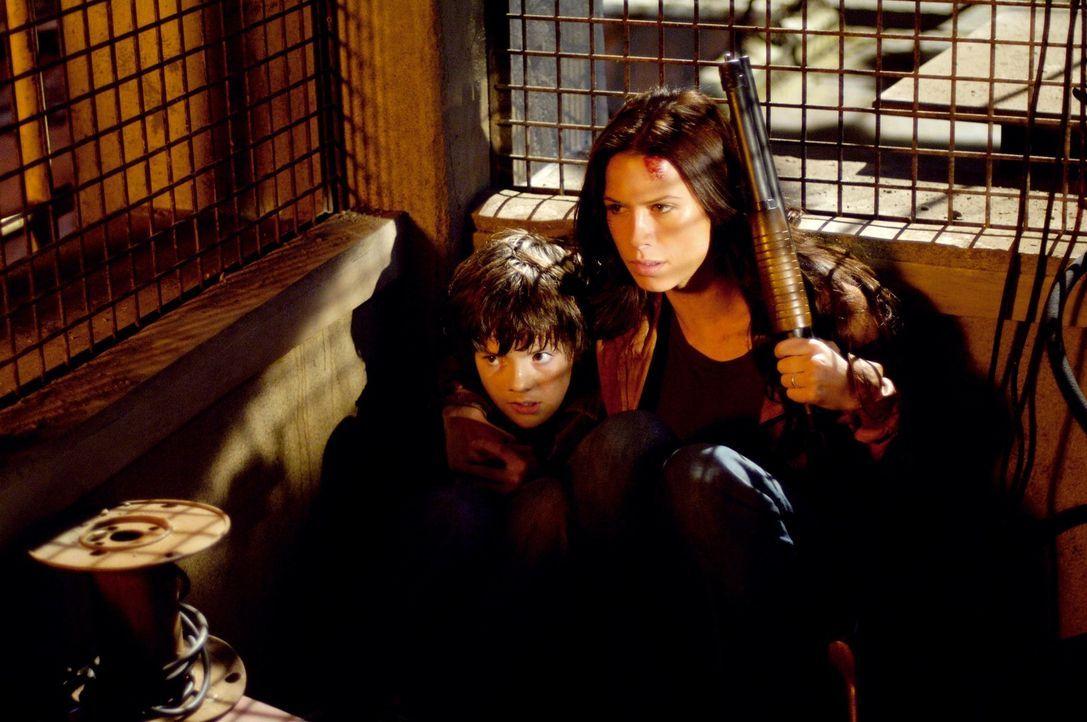 An seinem dreizehnten Geburtstag passiert es - Timothys (Matthew Knight, l.) Bestimmung wird offensichtlich: Er wird sich in einen Werwolf verwandel... - Bildquelle: Constantin Film Verleih GmbH
