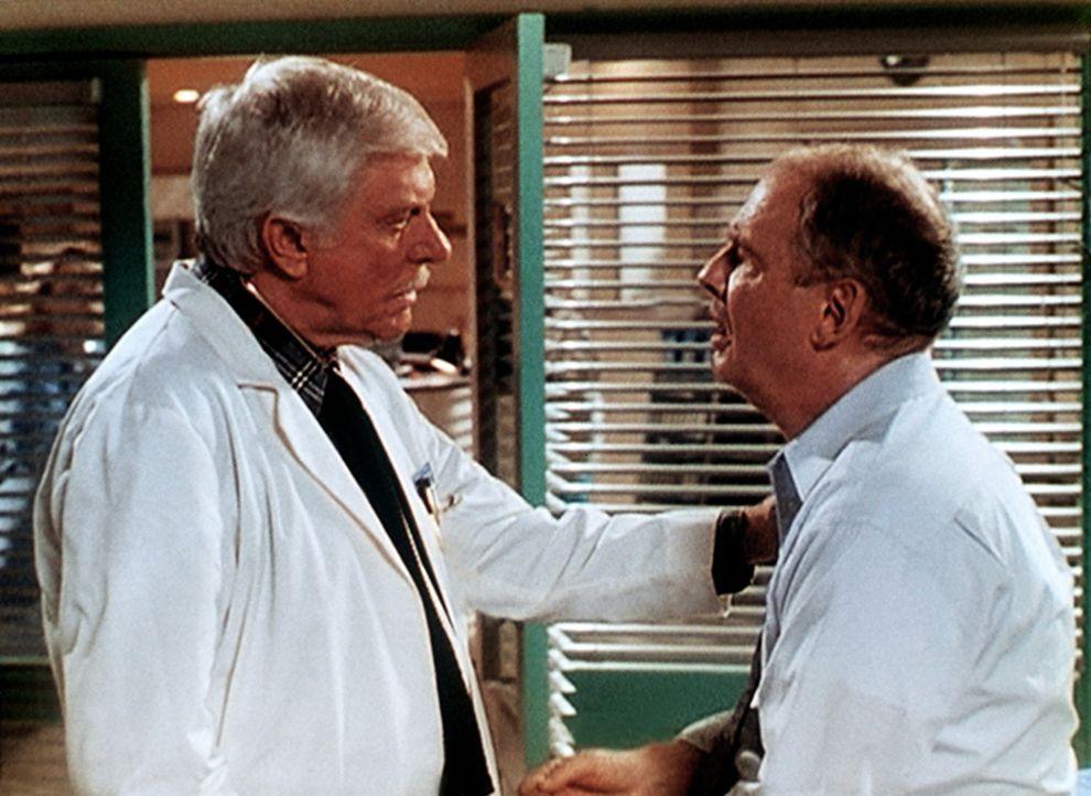 Dr. Mark Sloan (Dick Van Dyke, l.) leistet dem Chirurgen Ray Huxley (Nicholas Pryor, r.), einem alten Freund, der einen Herzinfarkt erlitten hat, er... - Bildquelle: Viacom