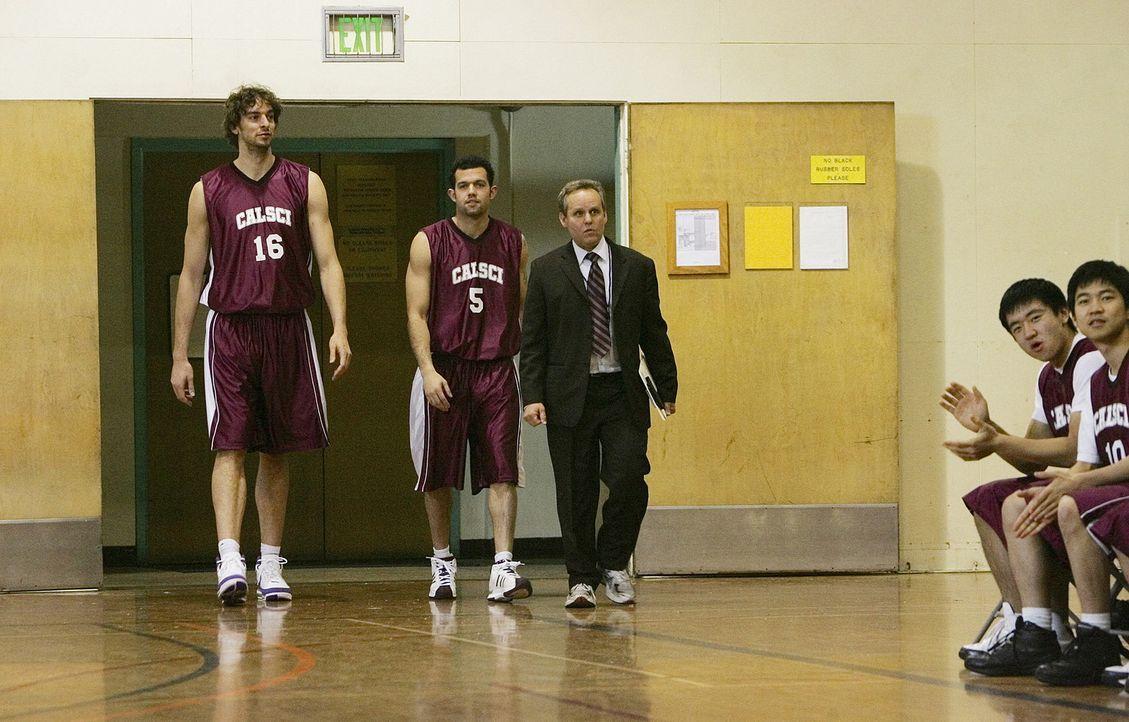 Wollen das Team retten: Pau Gasol (Pau Gasol, l.), Jordan Farmar (Jordan Farmar, M.) und Larry (Peter MacNicol, r.) ... - Bildquelle: Paramount Network Television