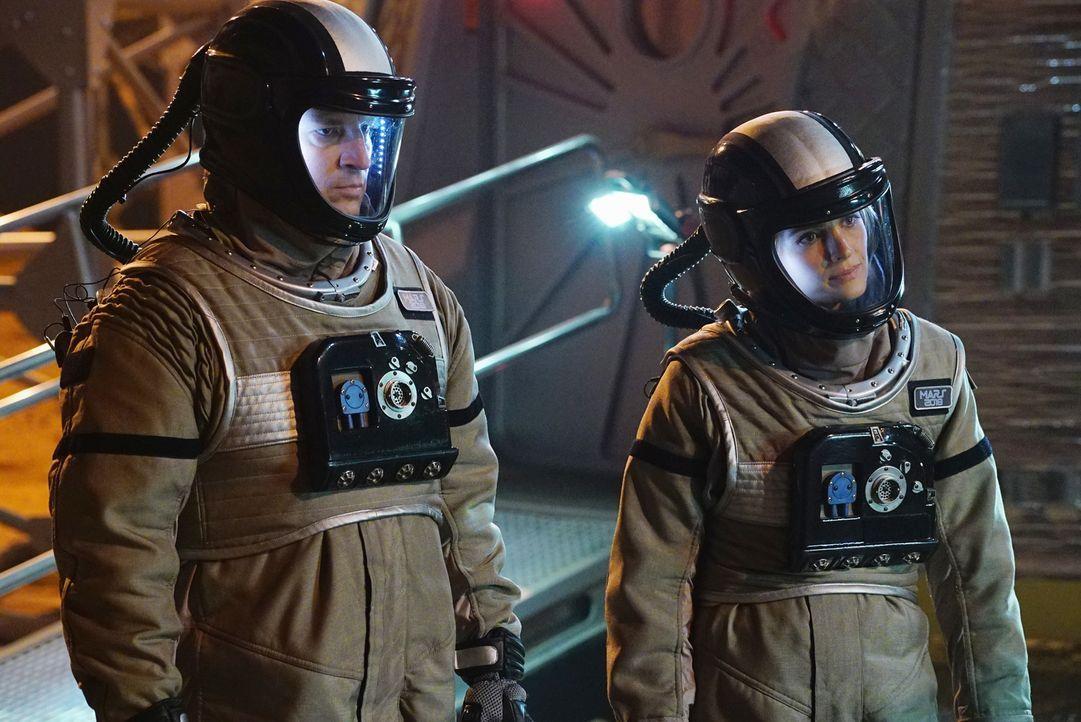 Castle (Nathan Fillion, l.) und Kate (Stana Katic, r.) sind sich sicher: Es muss sich außer der Crew noch etwas hier befunden haben ... - Bildquelle: Richard Cartwright ABC Studios