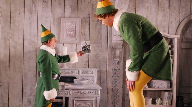 Als Buddy (Will Ferrell, r.) von seinem Elfenvater (Bob Newhart, l.) über sei...
