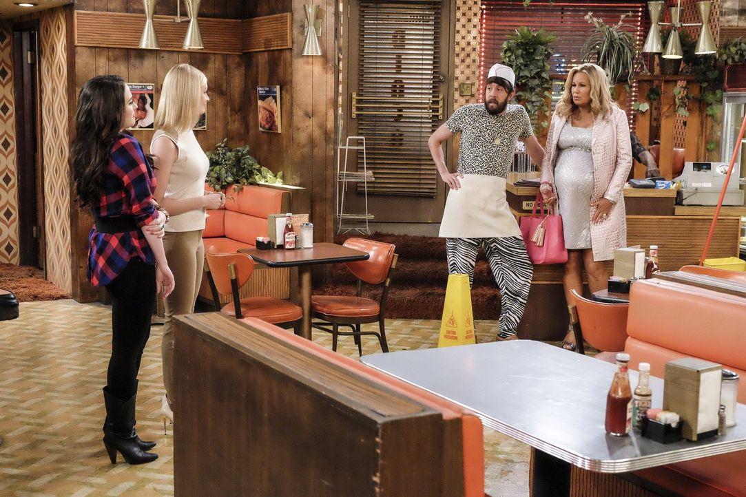 Die Eröffnung ihrer Dessert-Bar steht bevor, doch kurz vor dem Öffnen der Türen müssen sich Max (Kat Dennings, l.), Caroline (Beth Behrs, 2.v.l.) un... - Bildquelle: Warner Bros. Television