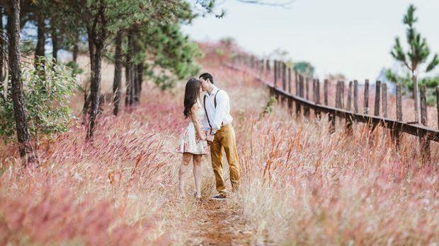 couple-kissing-1779066_1920