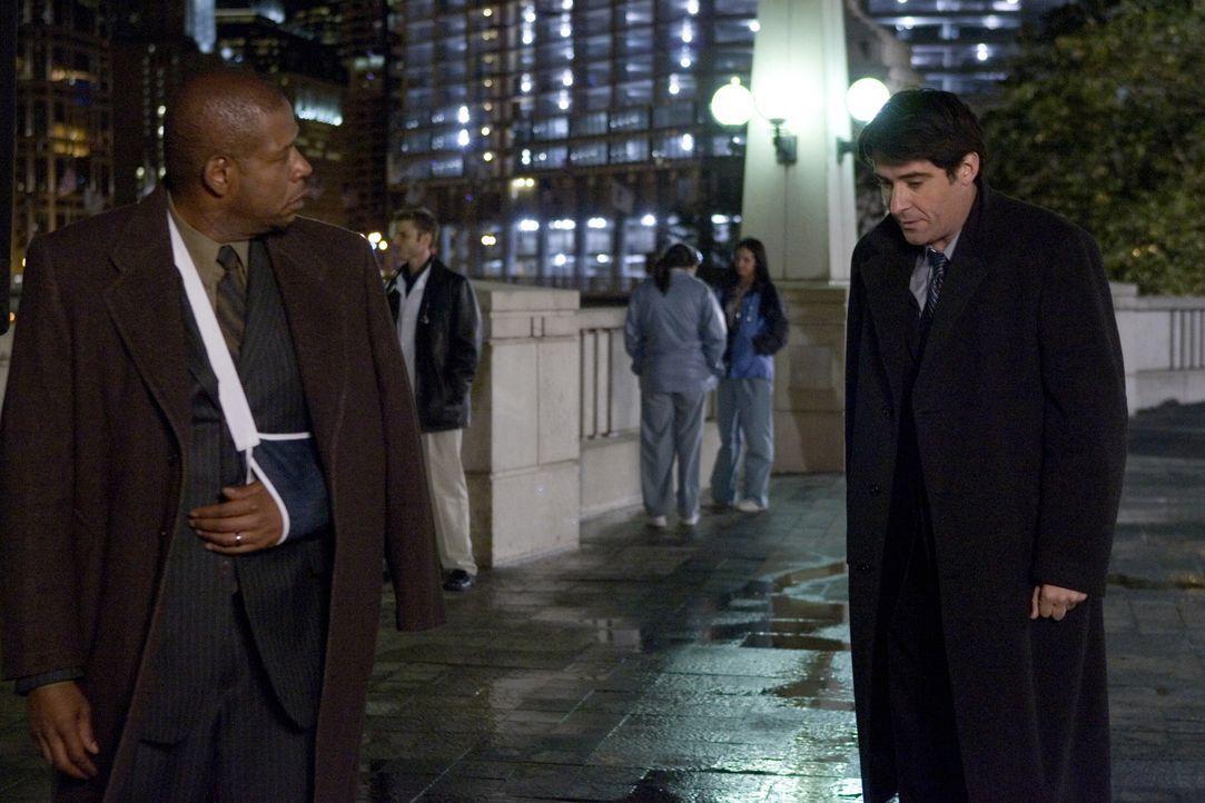 Curtis Ames (Forest Whitaker, l.) taucht im County auf und fleht Kovac (Goran Vicnjic, r.) an, ihm sein altes Leben zurück zu geben ... - Bildquelle: Warner Bros. Television