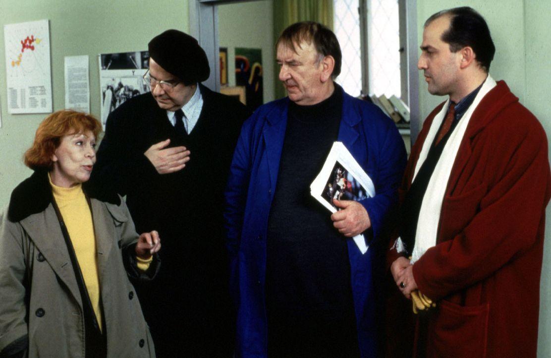 Die Druckerei Mahler steht plötzlich vor dem Aus. Als Wiebke (Gisela Trowe, l.), Donatius (Gerd Baltus, 2.v.li.) und der Pfarrer (Alexander May, 2.v... - Bildquelle: Conny Klein Sat.1