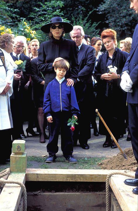 Mit dem Tod ihrer Tochter bricht für Dorothea Thorwald (Judy Winter, M.) eine Welt zusammen. Weil sie Thomas für den Tod ihrer Tochter verantwortlic... - Bildquelle: Horn-Link ProSieben
