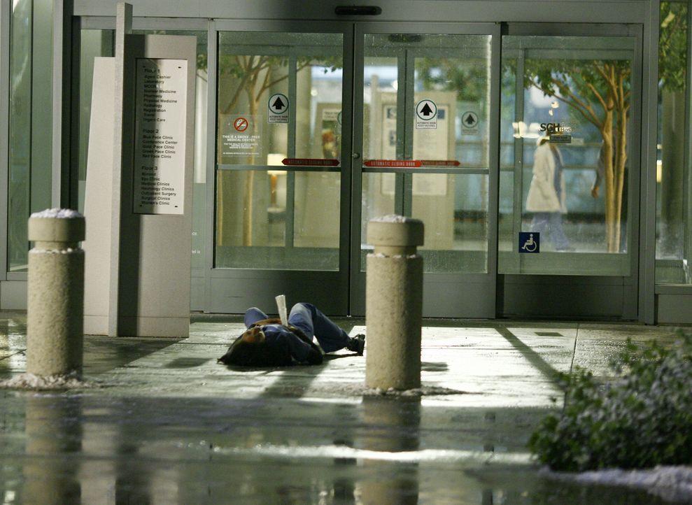 Als Cristina (Sandra Oh) am Boden liegt, bricht plötzlich ein riesiger Eiszapfen vom Dach ab und durchbohrt sie. Meredith rennt sofort los, um Hilfe... - Bildquelle: Touchstone Television