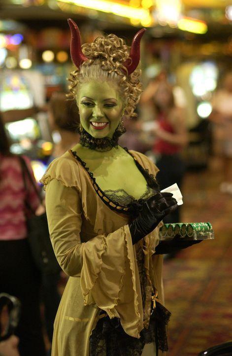 Im Casino treffen Angel, Gunn und Fred auf Lornette #2 (Jennifer Autry), die mit Lorne zusammen in seiner Show auftritt … - Bildquelle: The WB Television Network