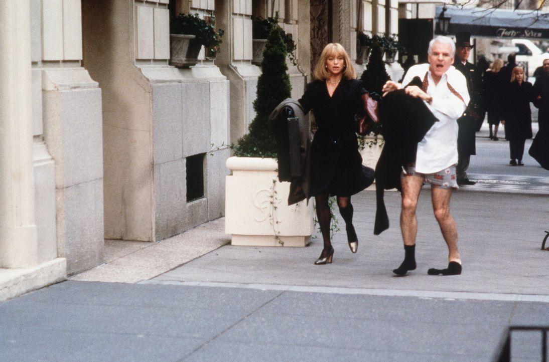 Der Aufenthalt in New York City gerät für Henry (Steve Martin, r.) und Nancy (Goldie Hawn, l.) zu einem chaotischen Abenteuertrip ... - Bildquelle: United International Pictures