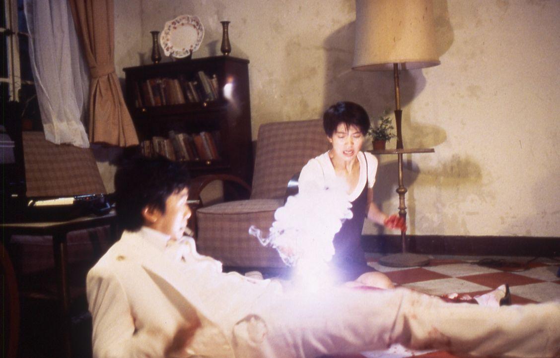 Als Siu Kam (Anita Yuen, r.) glaubt, Ling Ling Chai (Stephen Chow, l.) endlich erschossen zu haben, muss sie feststellen, dass dieser mit seinen Ver... - Bildquelle: Splendid Film