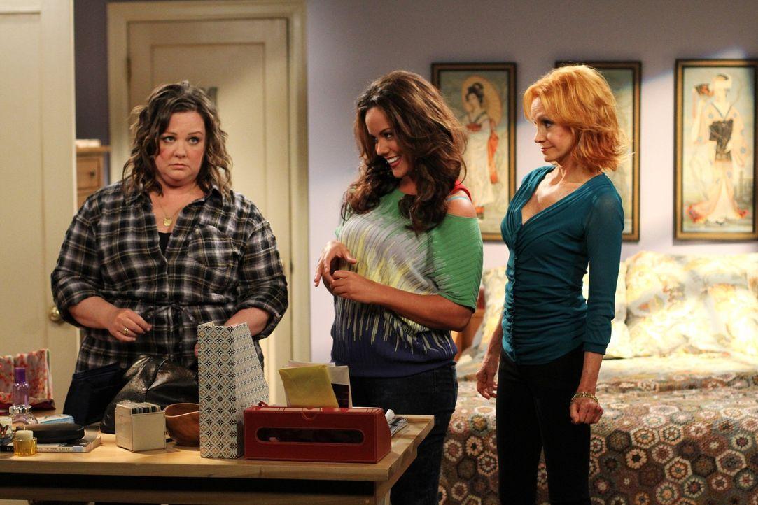 Muss sich Ratschläge von ihrer Schwester (Katy Mixon, M.) und Mutter (Swoosie Kurtz, r.) anhören: Molly (Melissa McCarthy, l.)  ... - Bildquelle: Warner Bros. Television