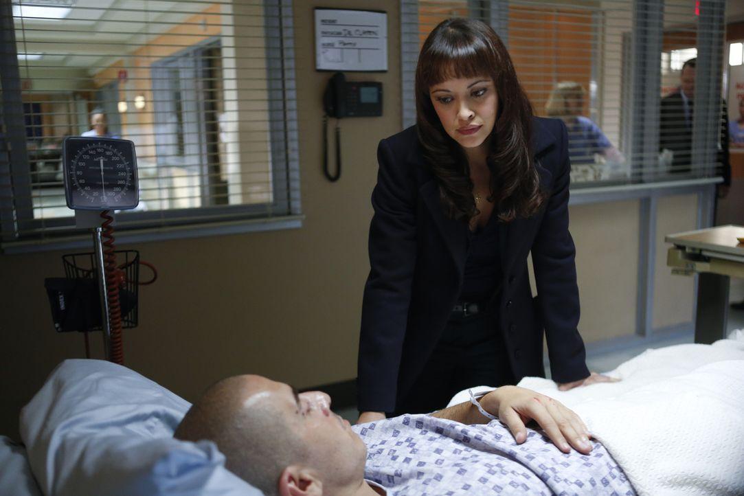 Baez' (Marisa Ramirez, r.) Bruder Javi (Kirk Acevedo, l.) gilt als Hauptverdächtiger in einem Mordfall. Als er seine Unschuld beteuert, glaubt sie i... - Bildquelle: 2013 CBS Broadcasting Inc. All Rights Reserved.