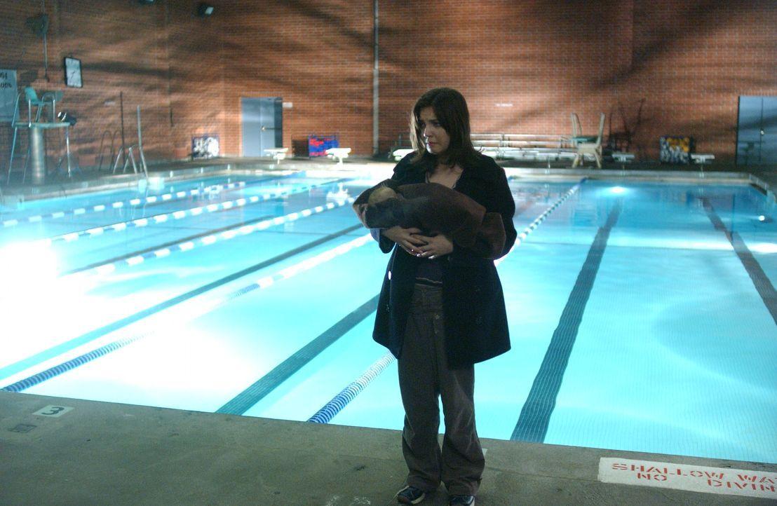 Tara Patterson (Michelle Horn) ist völlig verzweifelt und weiß nicht wo sie mit dem Baby hin soll ... - Bildquelle: Warner Bros. Entertainment Inc.