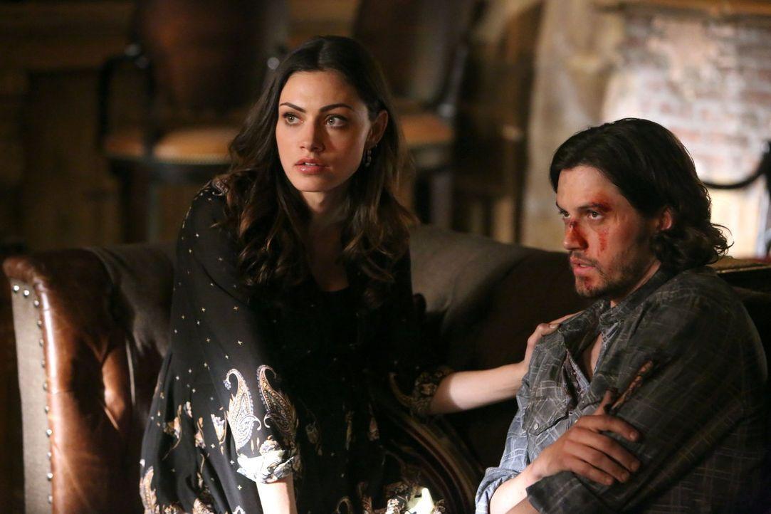 Das Schicksal von Hayley (Phoebe Tonkin, l.), Jackson (Nathan Parsons, r.) und allen anderen Werwölfen hängt von einer Hexe ab, die ihre eigenen Zie... - Bildquelle: Warner Bros. Television