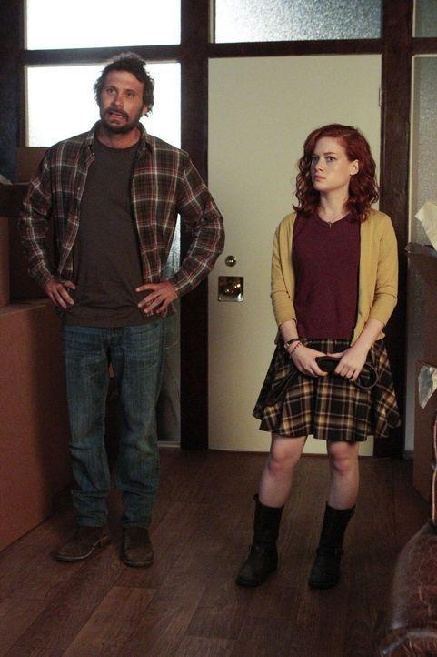Müssen ihren neuen Mitbewohner vor Sheila verstecken: George (Jeremy Sisto, l.) und Tessa (Jane Levy, r.) ... - Bildquelle: Warner Brothers