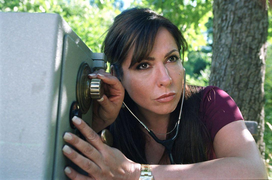Charlotte (Simone Thomalla) übt unter der fachmännischen Anleitung von Felix, wie man einen Tresor knackt. - Bildquelle: Hardy Spitz Sat.1