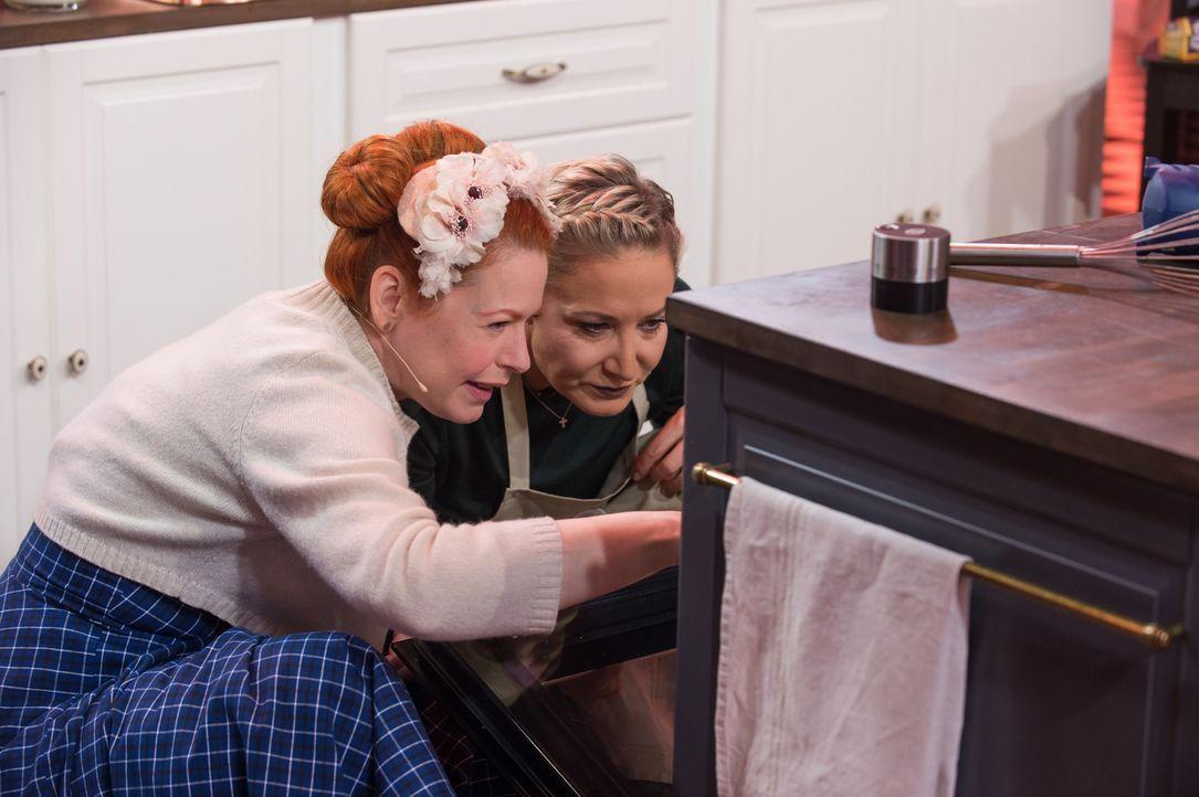 Ist es etwas Gutes oder Schlechtes, was sie im Backofen sehen? Enie van de Meiklokjes (l.) und Janine Kunze (r.) - Bildquelle: Claudius Pflug SAT.1