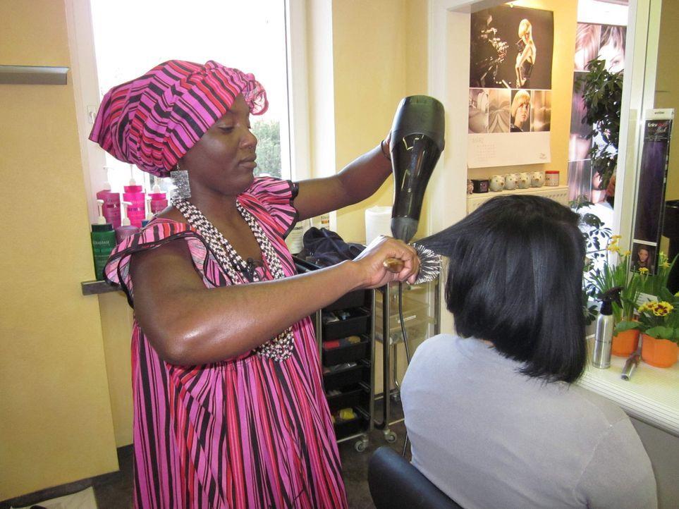 Waschen, Legen, Föhnen - für Fiina aus Namibia ist das genauso unbekannt wie für die deutschen Tauschfrisöre Rastahaar und Rasierfrisuren ... - Bildquelle: kabel eins