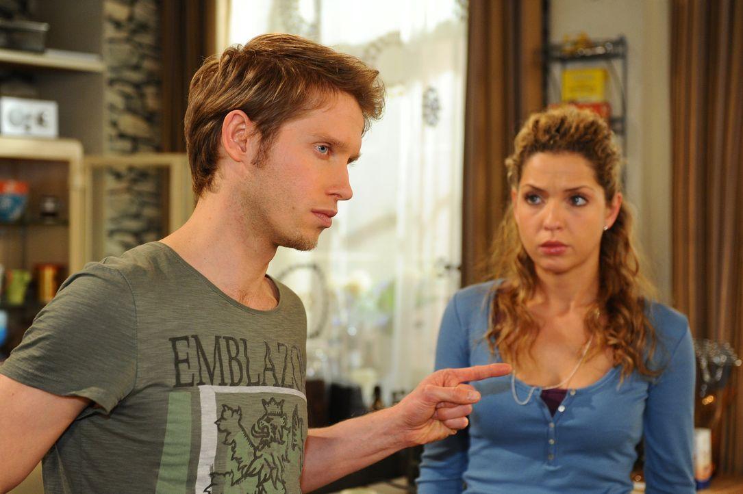 Nina (Maria Wedig, r.) versucht Jojo (Bernhard Bozian, l.) zu erklären, dass der Kuss mit Luca nichts zu bedeuten hat ... - Bildquelle: SAT.1