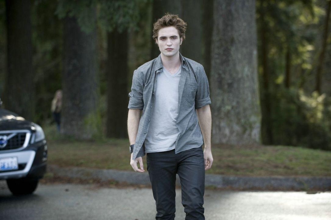 Als es bei Bellas 18. Geburtstagsfeier beinahe zu einer Bissattacke kommt, wird Edward (Robert Pattinson) klar, dass er seine große Liebe verlassen... - Bildquelle: 2009 Concorde Filmverleih GmbH