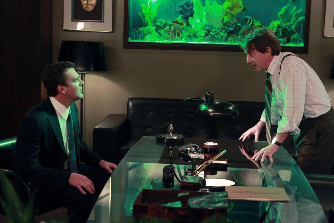 Robin und ihr Therapeut kommen sich näher, während Marshall (Jason Segel, l.) mit der Arbeit seines Boss Garrison Cootes (Martin Short, r.) nicht... - Bildquelle: 20th Century Fox International Television