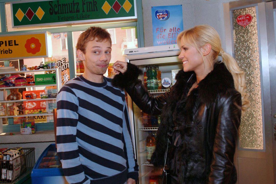 Jürgen (Oliver Bokern, l.) gelingt es, Sabrina (Nina-Friederike Gnädig, r.) zu einem gemeinsamen Abend zu überreden. - Bildquelle: Monika Schürle Sat.1