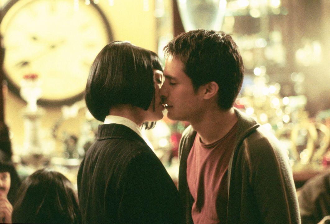 Während Carmen (Natalia Verbeke, l.) in einem Restaurant gerade ihren Junggesellinnenabschied feiert, informiert sie ein Kellner über einen franz