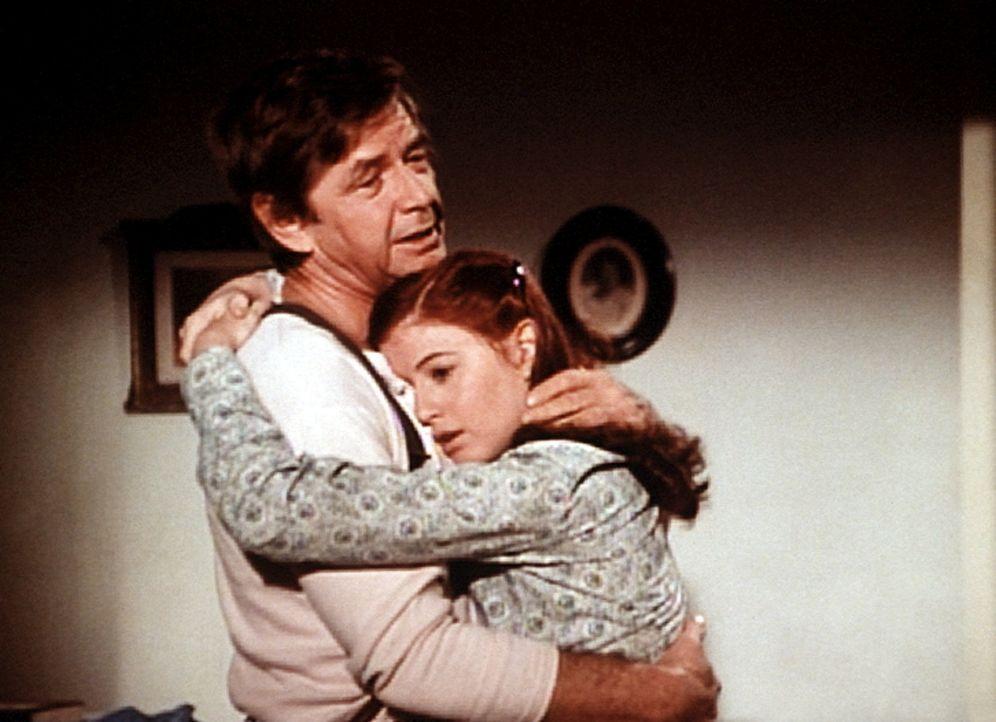 John (Ralph Waite, l.) verabschiedet sich von seiner Tochter Elizabeth (Kami Cotler, r.), da er nach Washington fahren muss, um sich um seine kranke... - Bildquelle: WARNER BROS. INTERNATIONAL TELEVISION